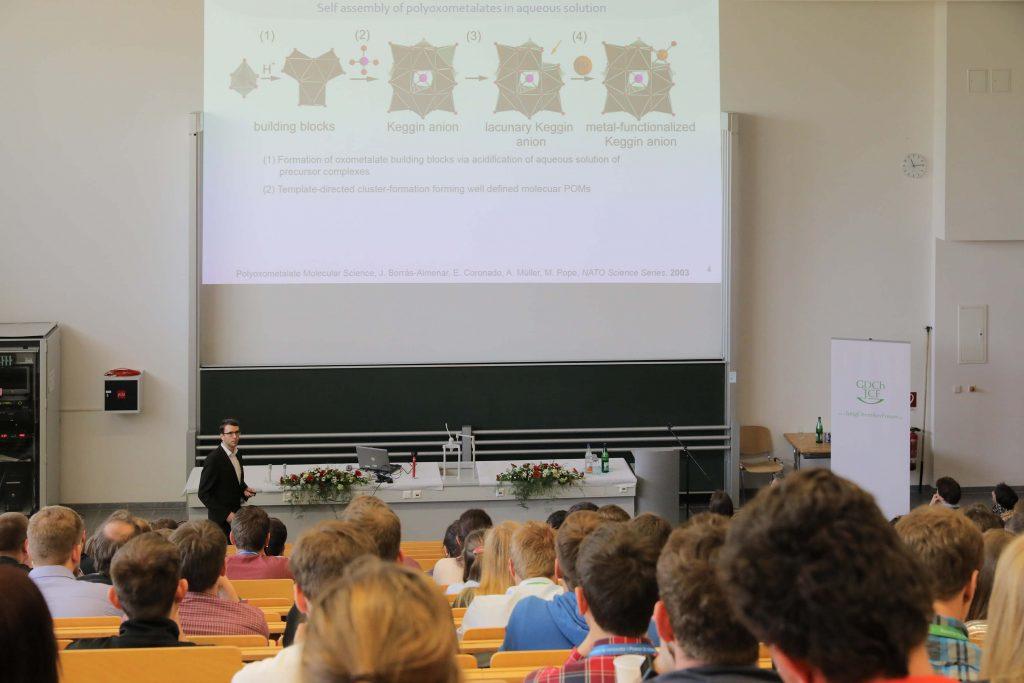 Dr. Sven Herrmann erklärt während der Preisverleihung des Carl-Roth-Förderpreises seine Entdeckung der POM-IL.