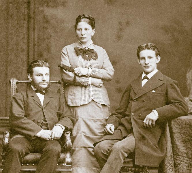Gruppenbild der Geschwister Roth: Carl, Emilie und Ludwig Roth (v.l.n.r.), im Jahre 1880