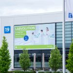 Eingang-Messe-Labvolution-Banner-Carl-Roth