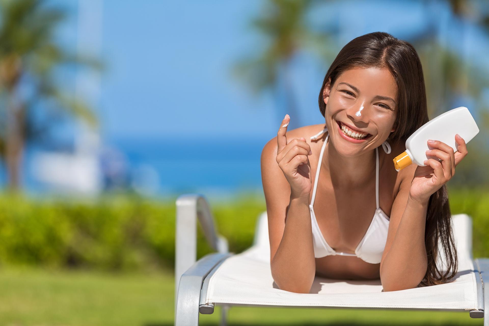 Sommer-Glück-Sonne-Sonnencreme-Frau-Carl-Roth-Lachen-Stand-Meer-Krebs-Haut-Hautkrebs