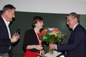 Das Bild zeigt die Preisträgerin mit GDCh-Vorstandsmitglied Dr. Martin Vollmer (li.) und Oliver Lautenschläger (re.), Geschäftsbereichsleiter Chemie, Firma Carl Roth.